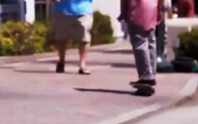 Maestro de escuela intenta golpear a alumno con patineta