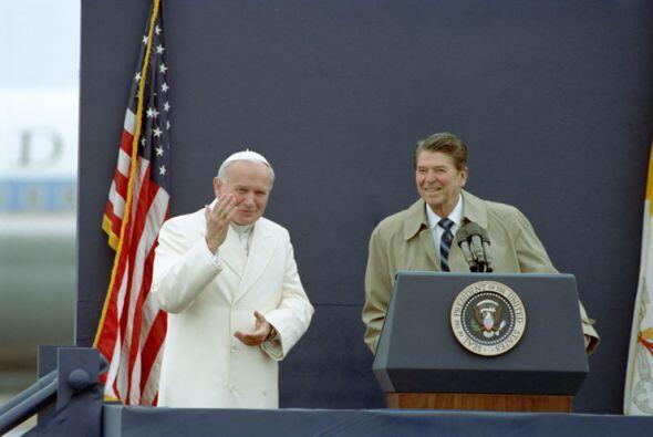 El papa Juan Pablo II y el presidente Ronald Reagan en un aeropuerto en...