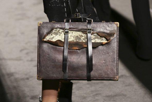 Busca bolsos en tonalidades doradas, plateadas y cobrizas para no desent...