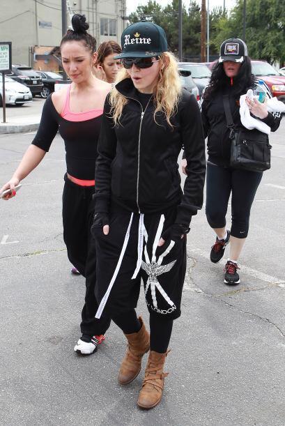¡Los pantalones estampados son para todas las edades! Madonna se v...