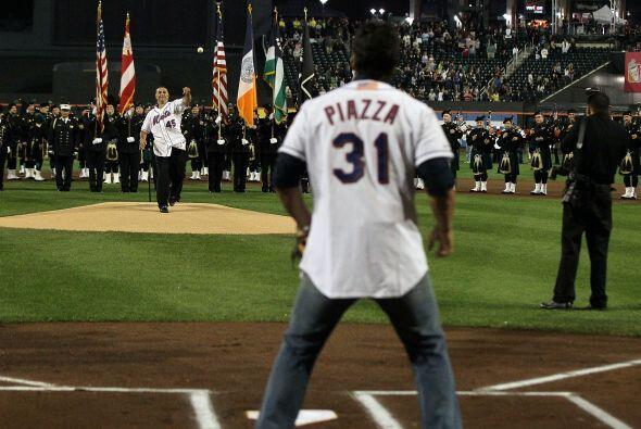 Franco tiró la primera bola, que fue recibida por Piazza.