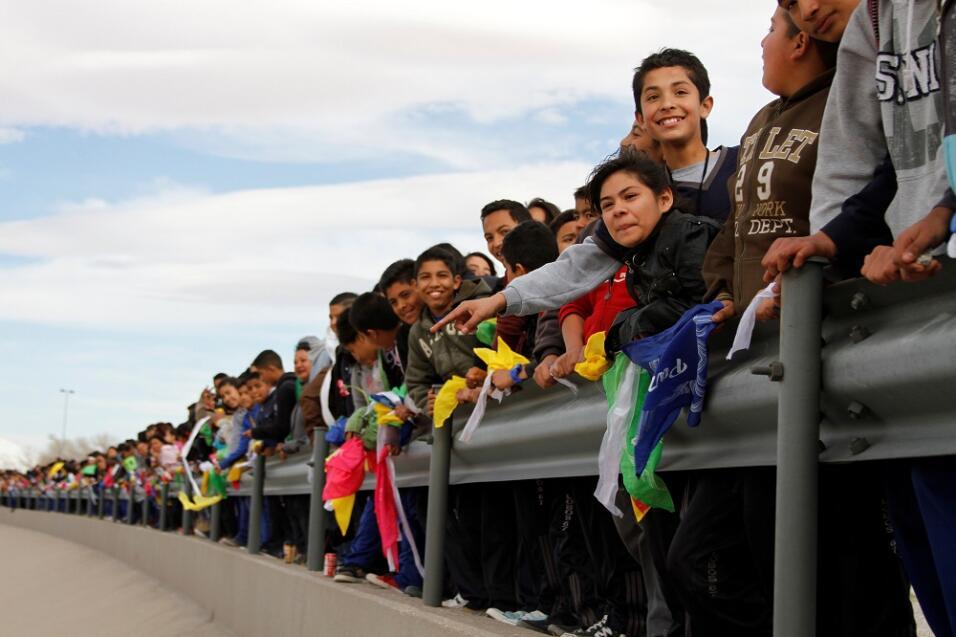 Mexicanos le levanta a Trump un 'muro humano' en la frontera par...