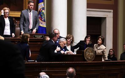 El gobernador de Minnesota se desmaya durante su discurso anual sobre el...