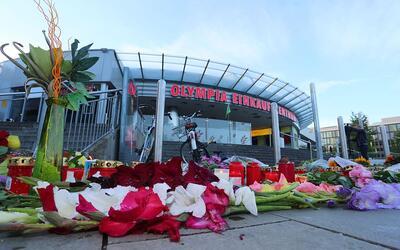 Un memorial improvisado frente al centro comercial Olympia, en la ciudad...