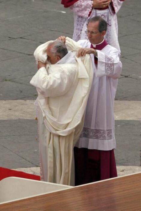 Captamos al papa Francisco cambiándose la ropa con ayuda de otro religioso.