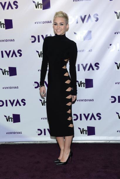 Ni por más tapado que parezca el vestido Miley deja de enseñar piel, si...