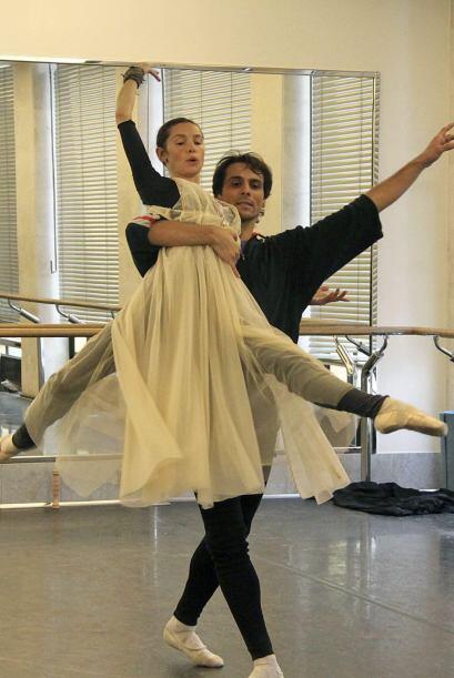 El bailarín español Ígor Yebra junto a la bailarina...