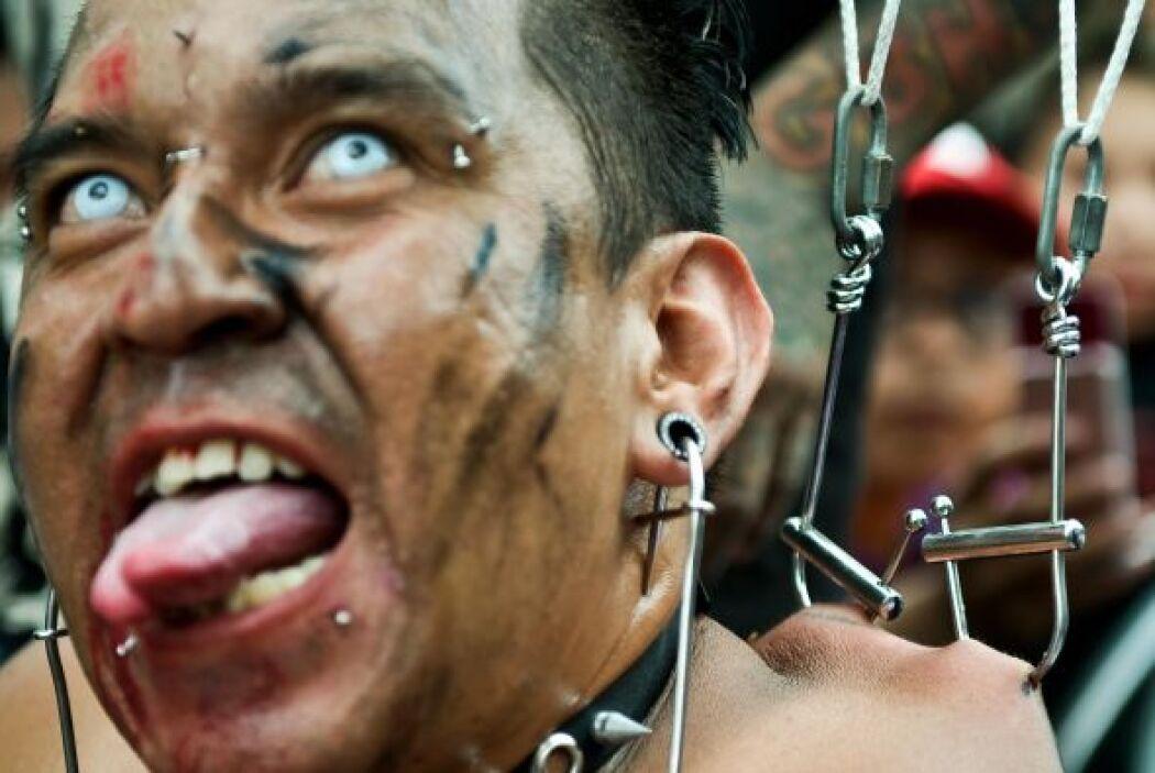 Durante la Convención Internacional del Tatuaje se mostró como un hombre...