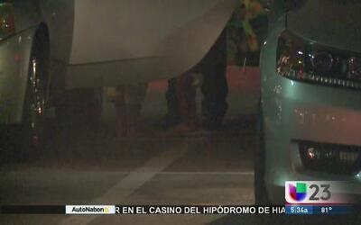 Encuentran 2 niños solos dentro de auto estacionado en Casino de Hialeah