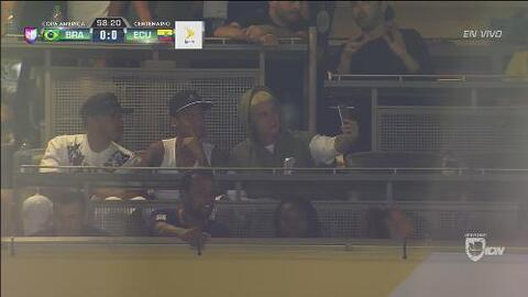 Neymar y Justin Bieber se divierten haciendo selfies en el Brasil vs Ecu...