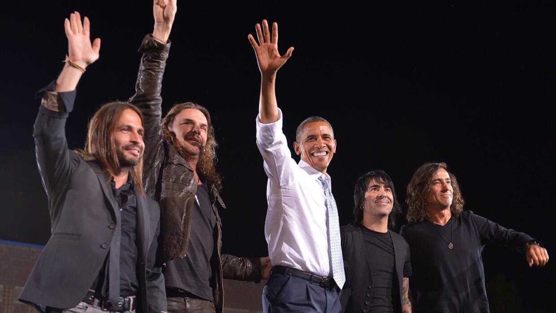 El presidente Barack Obama con el grupo mexicano Maná en un event...