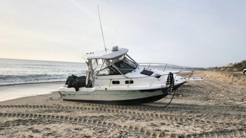 La lancha de motor deportava Bayliner de 25 pies quedó varada en...