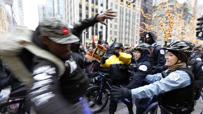 Hispanos y afroamericanos piden dimisión del alcalde de Chicago en 'Navi...