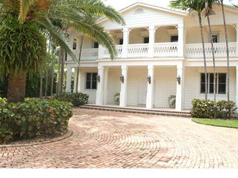 La mansión fue construida en 1940 y renovada por los Estefan.  (F...