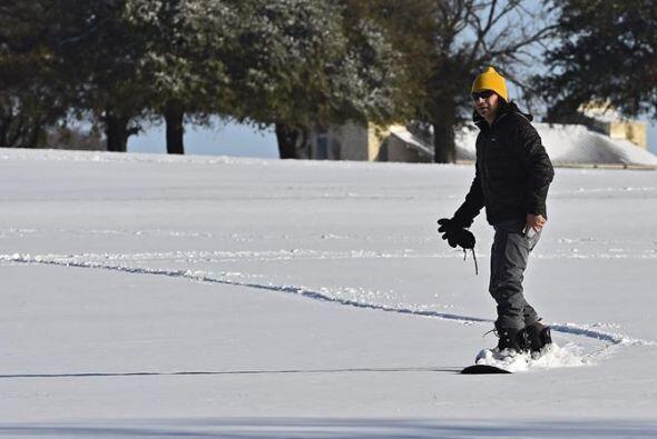 """Otros van más allá e incluso aprovechan para practicar """"snowboard"""", como..."""