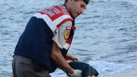 Un rescatista turco lleva en brazos el cuerpo del niño sirio Aylan Kurdi.