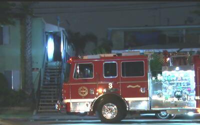 Bomberos encuentran un cuerpo tras controlar el incendio en una vivienda...