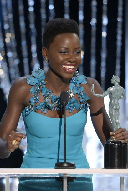 Lupita al aceptar el Screen Actors Guild Award.