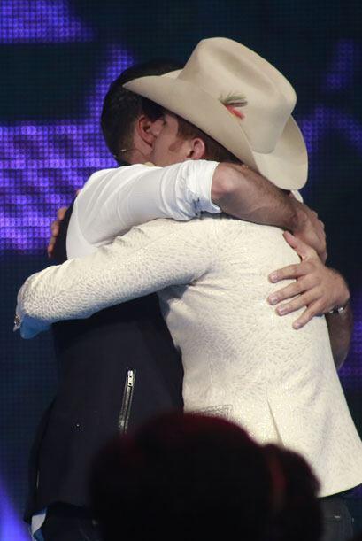 Jencarlos fue a abrazarlo al escenario.