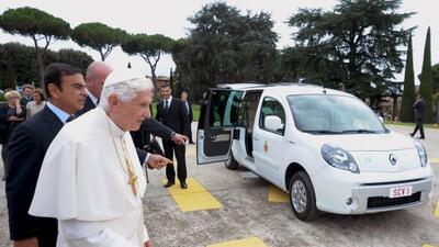 El Papa estrenó su nuevo Papamóvil que es un Renault Kangoo Maxi ZE eléc...