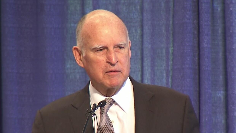 El gobernador de California defiende el aumento a las gasolinas