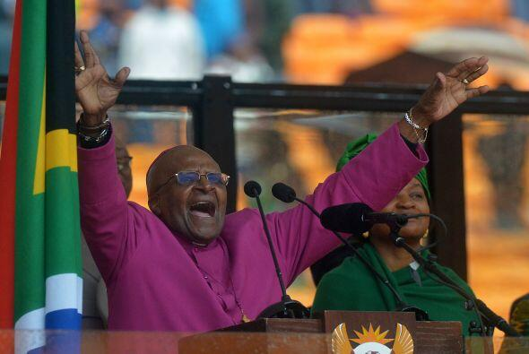 El arzobispo sudafricano  Desmond Tutu habla durante la ceremonia en hon...