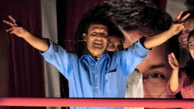 El candidato Ollanta Humala celebra ser el vencedor de la primera vuelta...