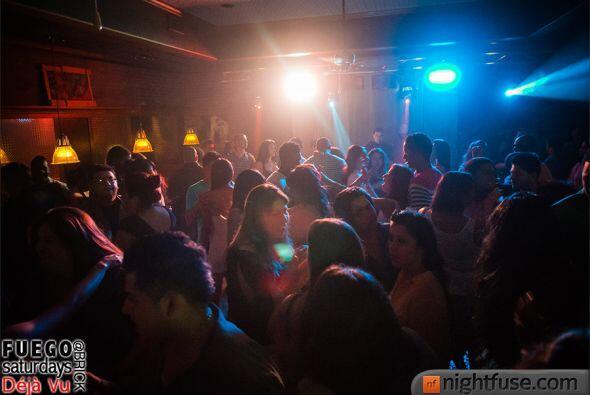 Con mucha salsa, merengue, bachata y reggaetón, el DJ Fuego calen...