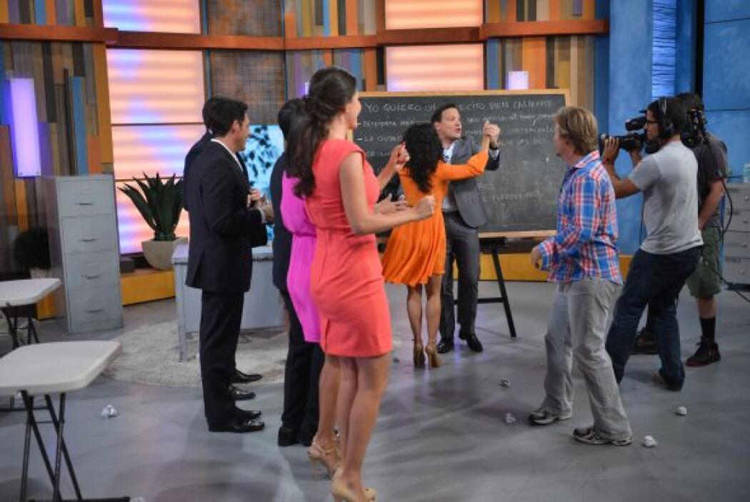 Cuando se terminó la toma, todos comenzaron a bailar y hubo lecciones pa...