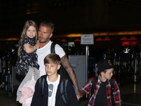 El clan Beckham apareció en el aeropuerto de Los Ángeles.