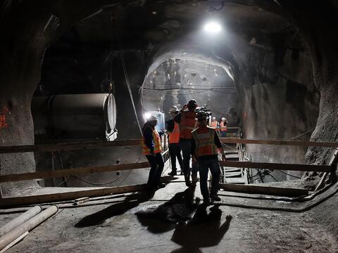 Obreros trabajan en la construcción del túnel en el Este d...