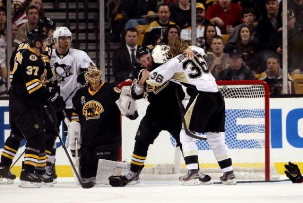 También en un partido del equipo de hockey de la ciudad, los Bruins, los...