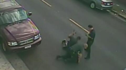 Policías le propinan una golpiza a presunto criminal y queda captado en...