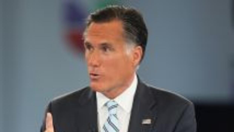 El candidato presidencial republicano, Mitt Romney, responde a una pregu...