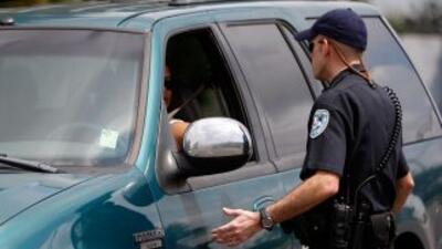 El oficial llegó a la caseta de inspección acompañado por una mujer como...