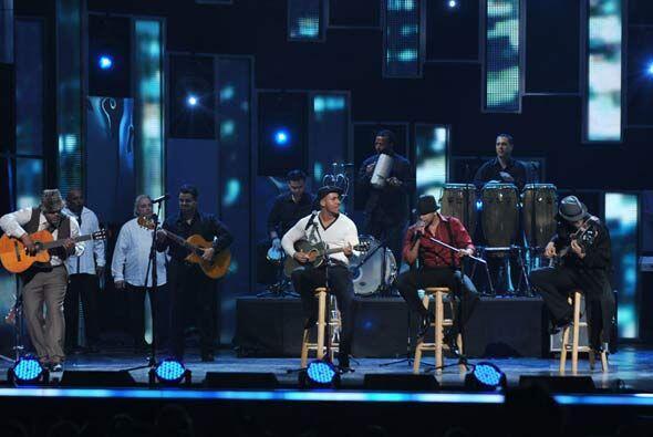 Con 'bombo y platillo' se presentó Aventura en el escenario de PL...