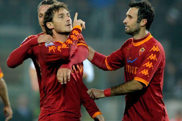 Clásico festejo del italiano haciendo callar a los hinchas del equipo ri...