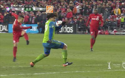Giovinco retrató a Román Torres con este pelotazo a la cara