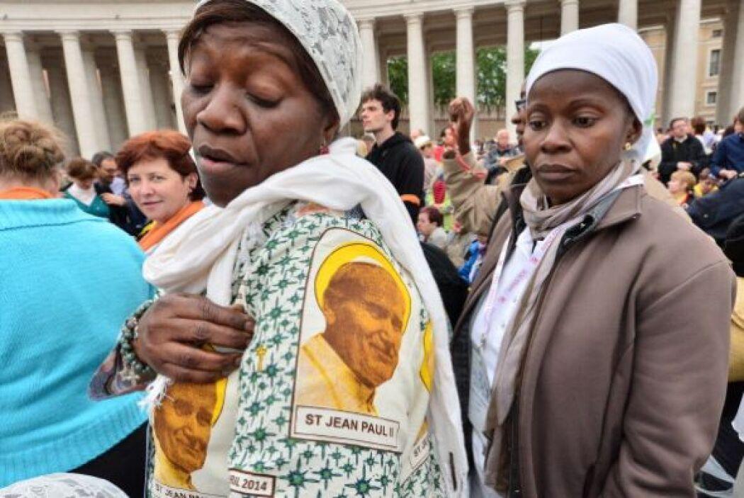 Muchos llevaron las figuras de los papas santificados en sus ropas.