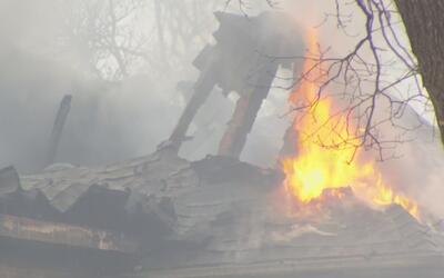 Dos bomberos heridos y cuatro personas sin vivienda, lo que dejó un ince...