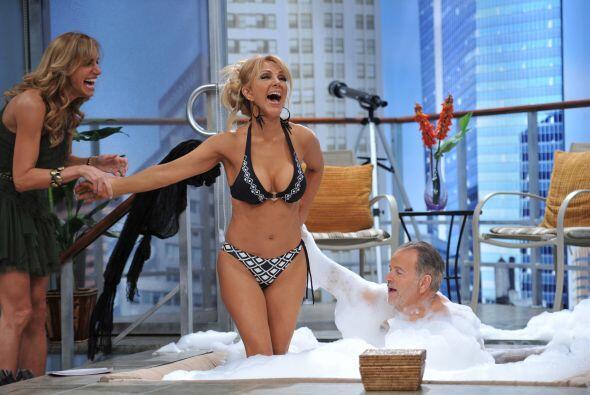 Como todo un caballero, Raúl ayudó a Olivia a meterse.