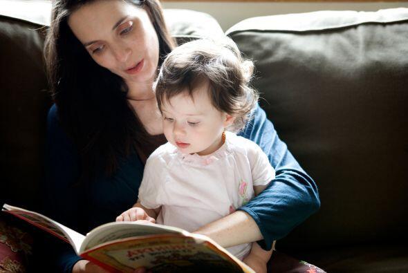Anima a tu niña a hacer preguntas sobre los personajes, fotos y palabras.