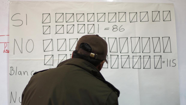 Contando votos del referéndum en Bolivia