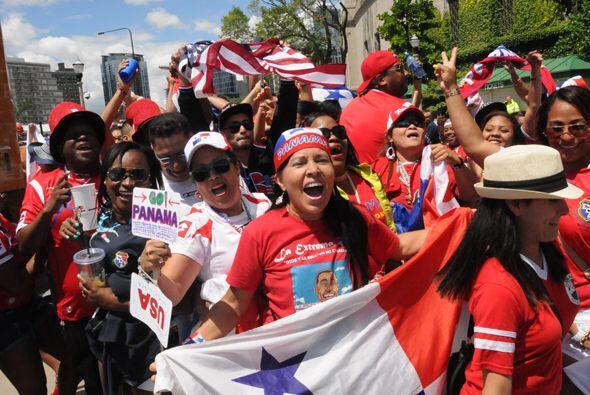 Los panameños, pocos, hicieron mucho ruido y vivieron el partido en fies...