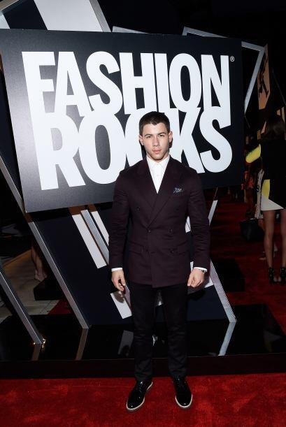 Nick Jonas uno de los más elegantes. Este hombre sí sabe l...