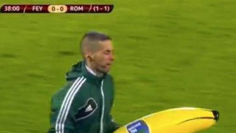 La afición del Feyenoord lanzó un inflable a la cancha cuando Gervinho i...