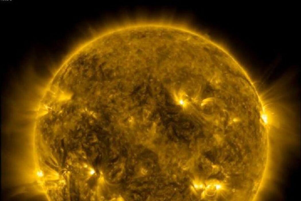 La danza de llamas gigantes y manchas solares captada en este video publ...