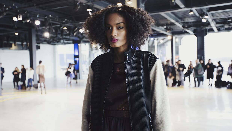 Modelo con afro llevando la  colección dela diseñadora Emily Saunders