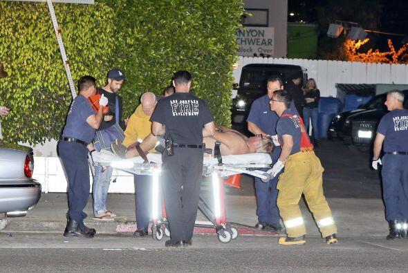 Los paramédicos lo trasladaron en la ambulancia.