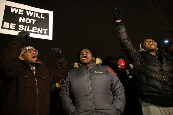 Al tiempo, las protestas comenzaron. Con pancartas y consignas demostrar...